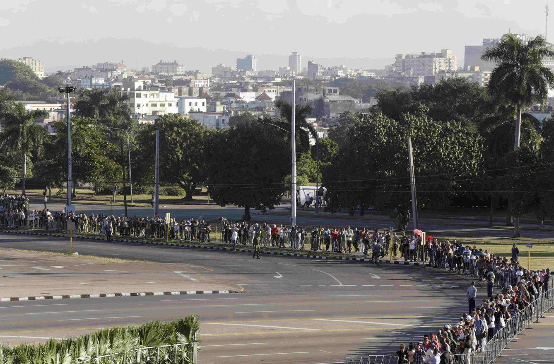 Foto: Cientos de cubanos rinden homenaje a Fidel Castro