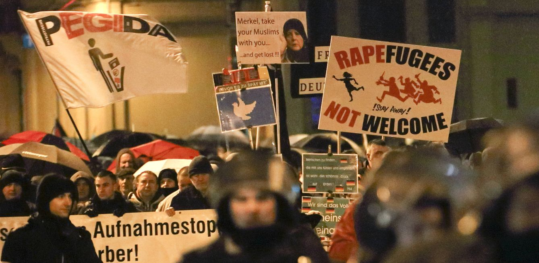 Foto: Miembros del movimiento Legida protestan contra la política migratoria de Merkel, en Leipzig. (Reuters)