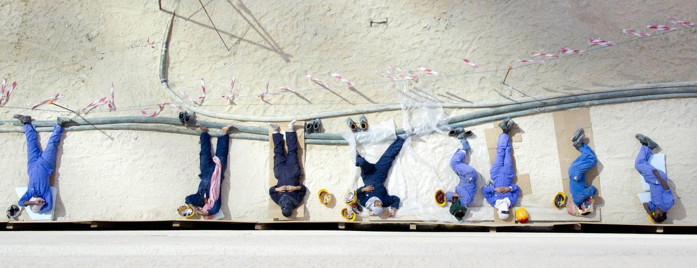 Foto: Trabajadores inmigrantes, durante un descanso en la ciudad de Kuwait. (Reuters)