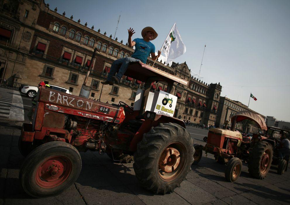 Foto: Un grupo de agricultores protestan en sus tractores en el centro de Ciudad de México por la falta de ayudas ante la sequía. (Reuters)