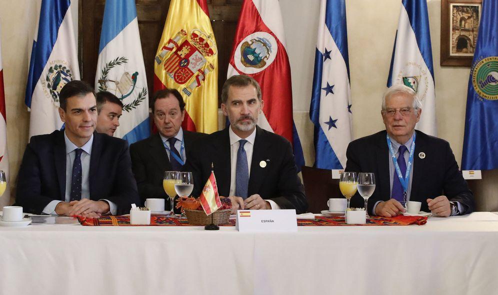 Foto: Pedro Sánchez, con el rey Felipe VI y el ministro de Exteriores, Josep Borrell, este 16 de noviembre en Antigua, Guatemala. (EFE)