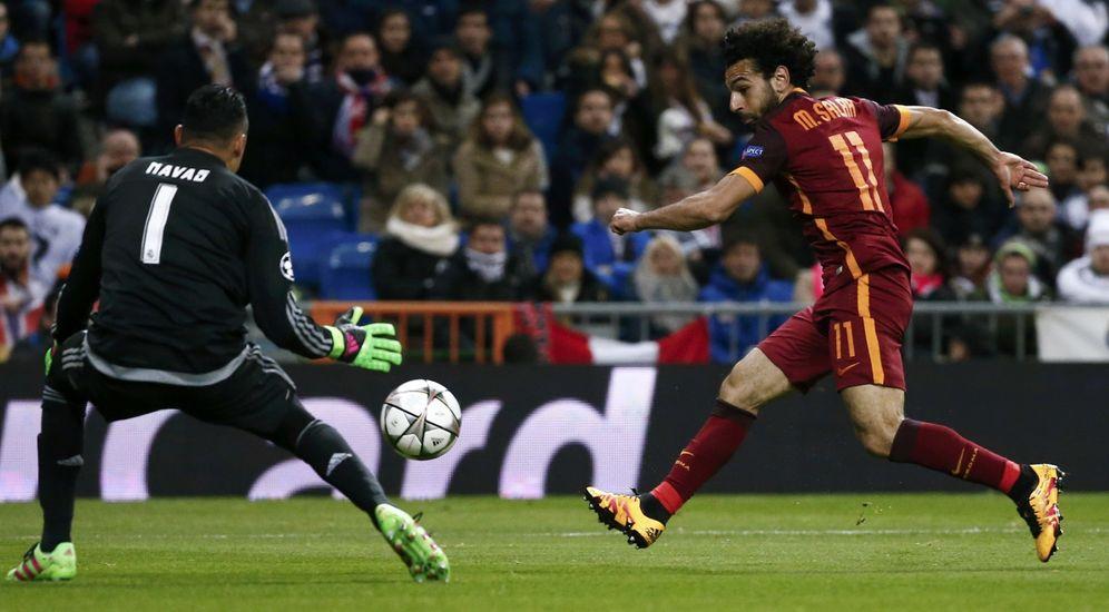 Foto: Keylor Navas, en la imagen ante Salah, fue providencial en el triunfo del Real Madrid ante la Roma (Reuters)