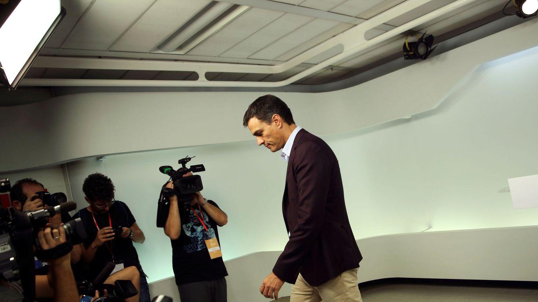 Foto: Pedro Sánchez abandona la sala de prensa tras anunciar su dimisión. (Reuters)