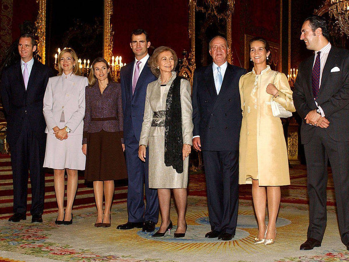 Foto: Iñaki Urdangarin, infanta Cristina, Letizia, Felipe, reina Sofia, rey Juan Carlos, infanta Elena y Jaime de Marichalar, en una imagen de archivo. (Getty)