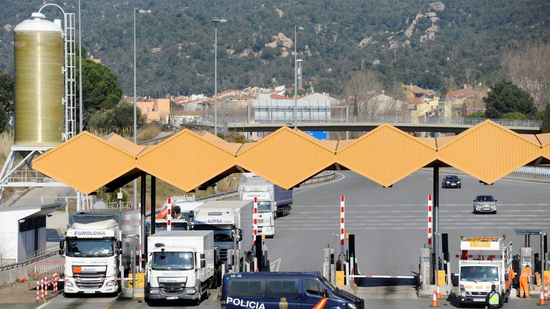 Efectivos de la Policia Nacional realizan un control a los vehículos que entran a España por la AP-7 en el punto de La Jonquera, Girona, el 30 de enero de 2018. (EFE)