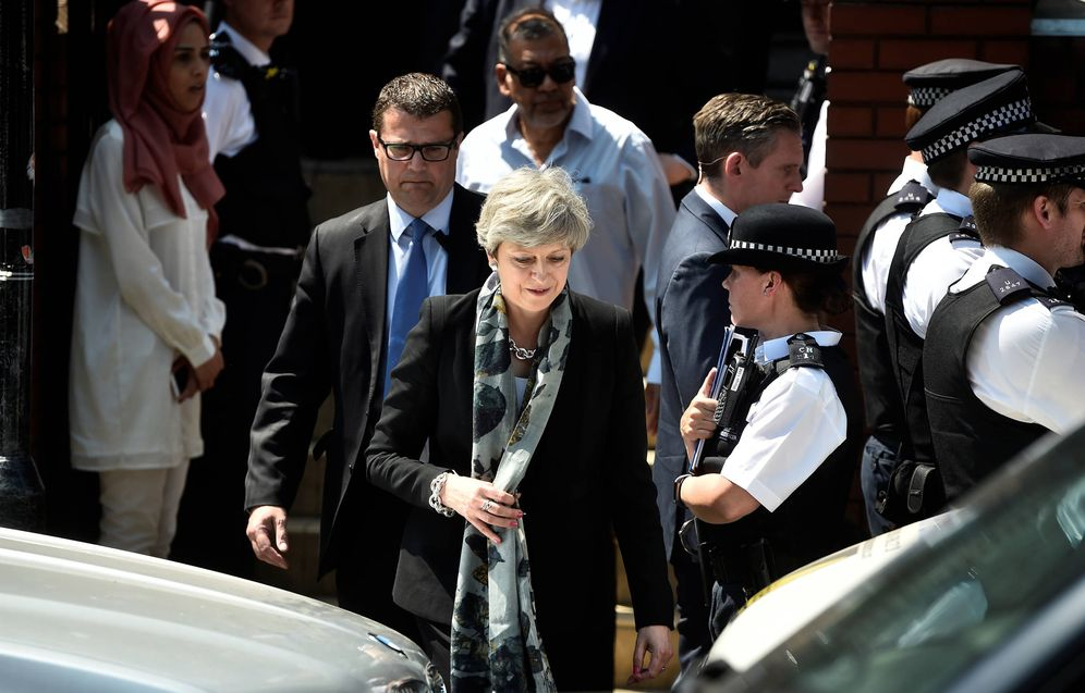 Foto: La primera ministra Theresa May tras visitar la mezquita de Finsbury Park, poco después del atentado, en Londres. (Reuters)