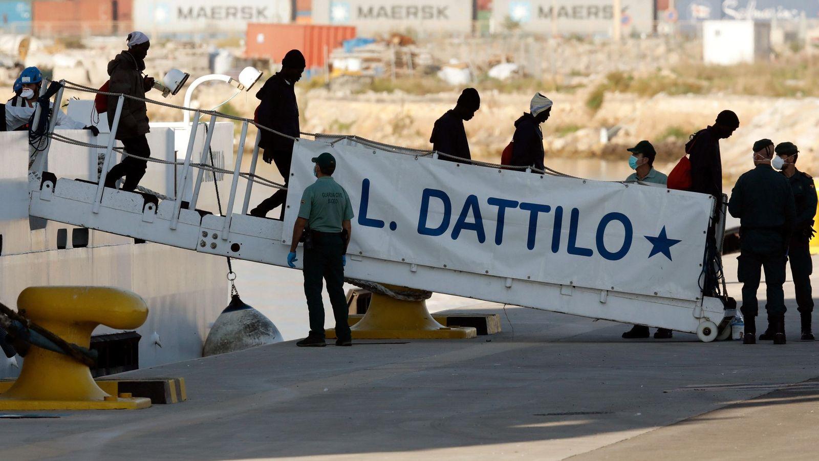 Foto: El Dattilo atraca en Valencia con 274 de los 630 inmigrantes del Aquarius. (EFE)