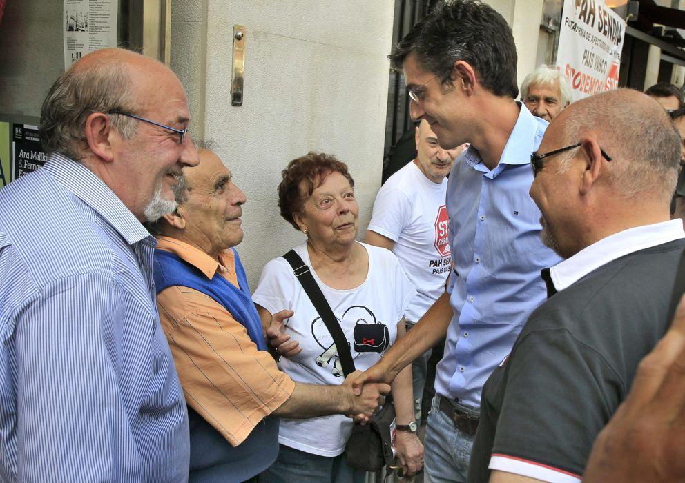 Foto: Madina junto a varios militantes en Bilbao. (Efe)