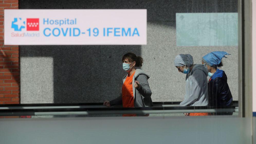 Foto: Saniatarios en el Hospital de Ifema este viernes (EFE)