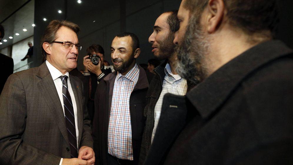 Foto: Artur Mas, saludando a varios de los asistentes a un acto organizado por la Fundació Nous Catalans con representantes de entidades de inmigrantes en 2012. (EFE)