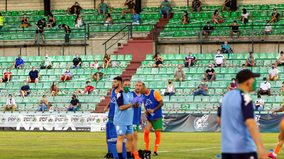 Foto: Encuentro del 'playoff' de ascenso a Segunda B entre el Extremadura y Villanovense (Efe).