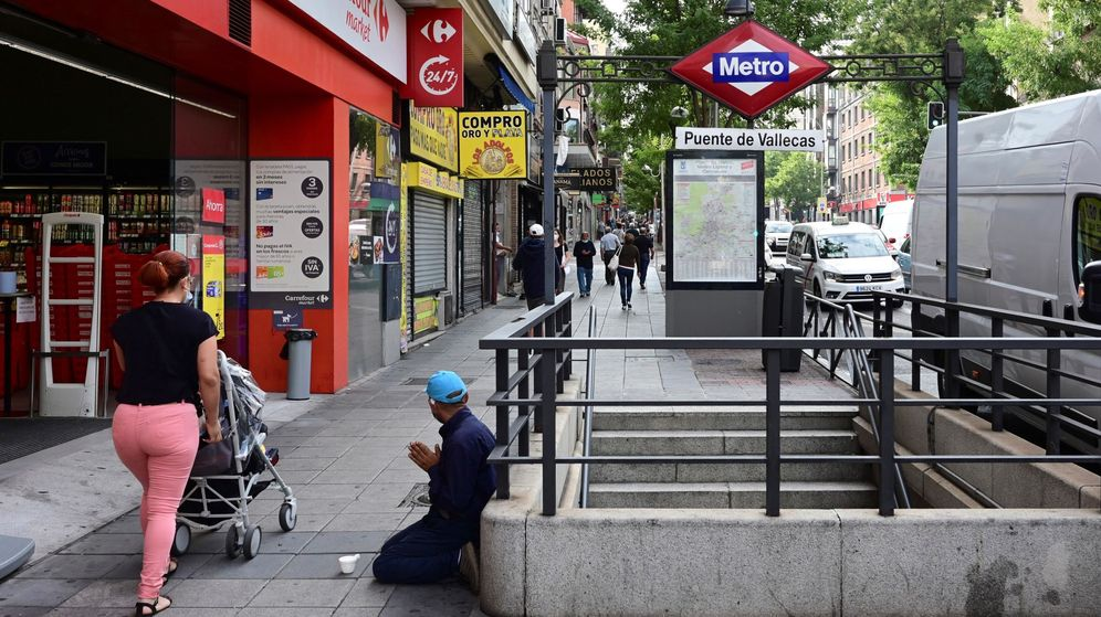 Foto: Un hombre pide limosna en la salida del metro de Puente de Vallecas, en Madrid. (EFE)