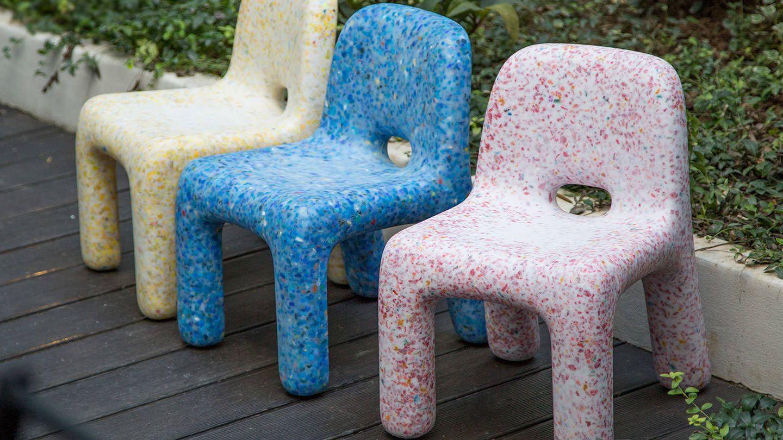 Sillas de EcoBirdy, hechas con juguetes reciclados. (Cortesía)