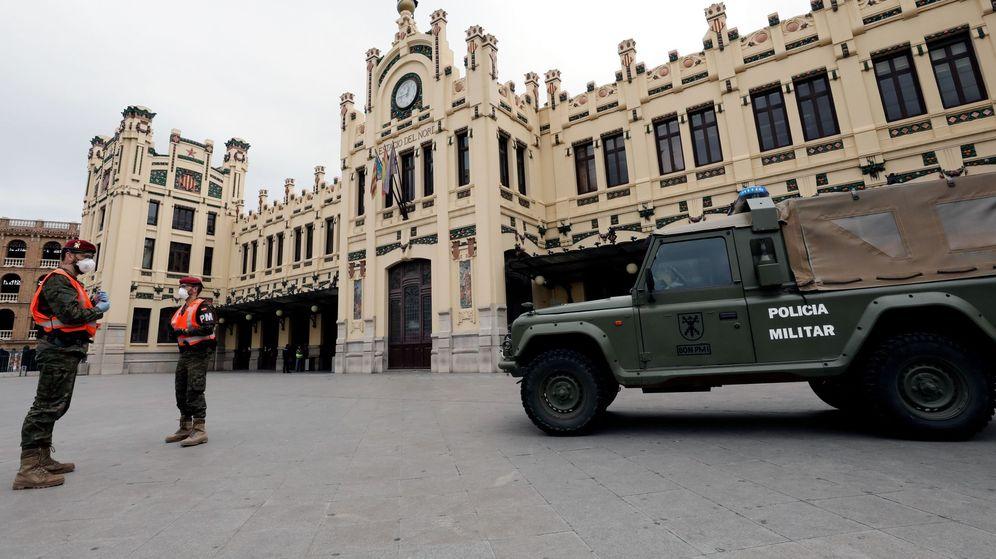 Foto: Una patulla de la Policía Militar en la estación de tren de Valencia. (EFE)