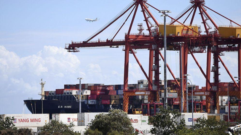 Foto: Un barco carga en un puerto. (EFE)