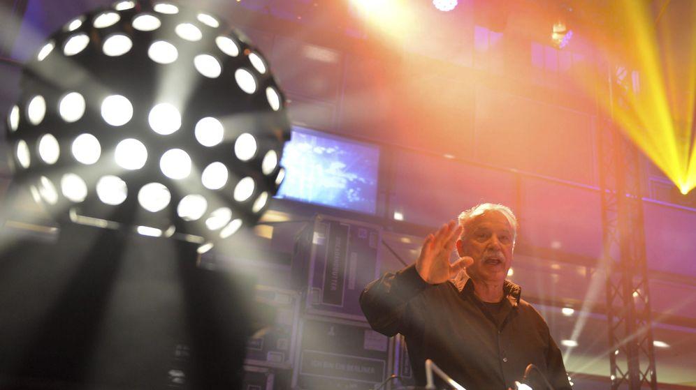 Foto: Giorgio Moroder en acción. (EFE)