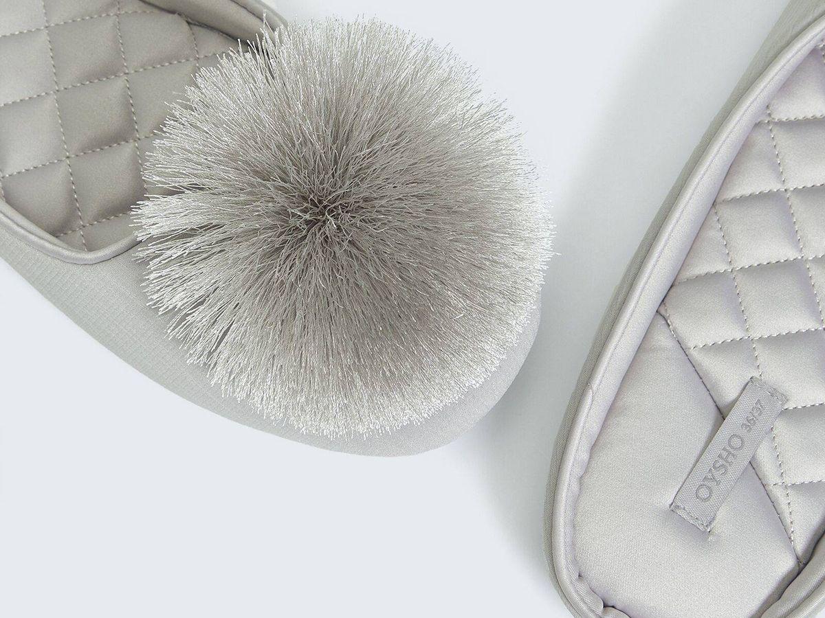 Foto: Zapatillas para estar en casa de Oysho. (Cortesía)