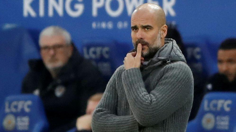 Foto: Pep Guardiola, con gesto pensativo, en el partido que perdió contra el Leicester. (Efe)