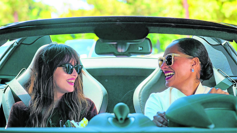 Dakota Johnson y Tracee Ellis Ross, en una escena de 'Personal Assistant'. (Cordon Press)