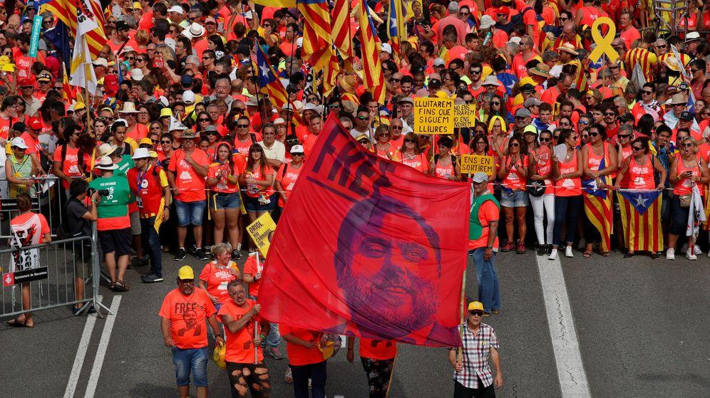 Foto: Manifestantes ondean una pancarta con la imagen de Junqueras durante la Diada. (Reuters)