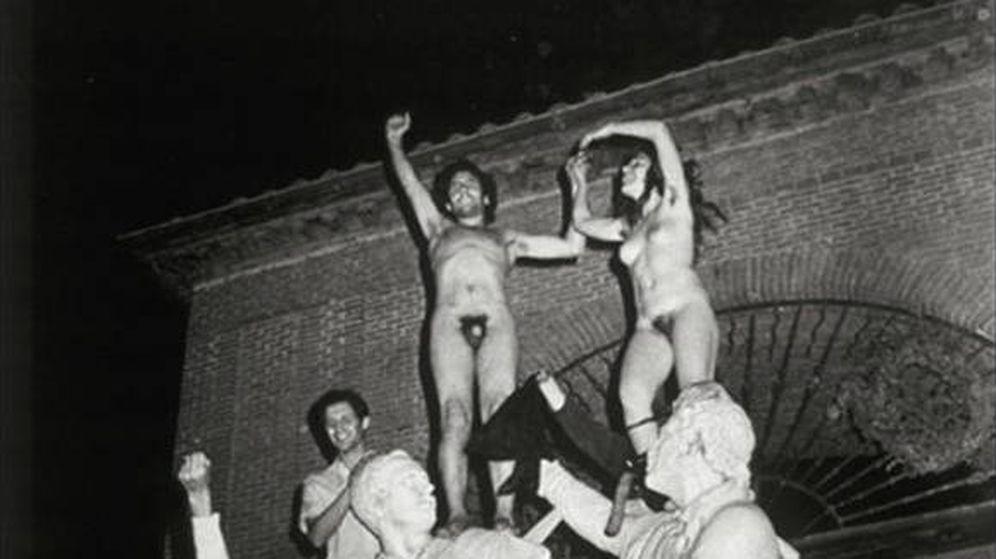 Foto: Una pareja se sube desnuda al monumento del 2 de Mayo en Madrid en 1976. (Félix Lorrio)