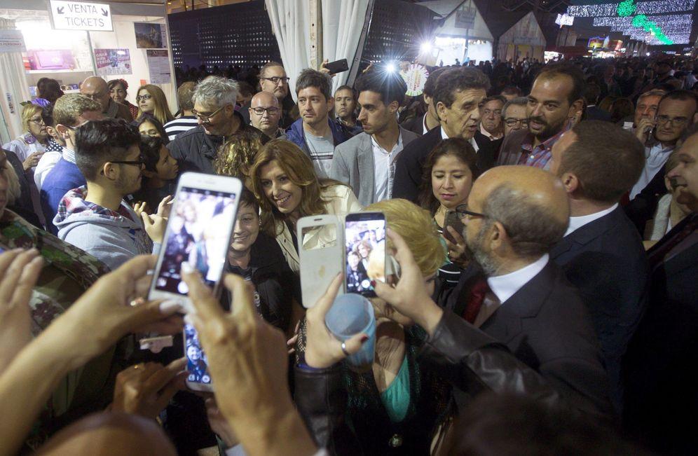 Foto: La presidenta andaluza y candidata al liderazgo del PSOE, Susana Díaz, durante su visita a la Feria de Abril de Barcelona, este 6 de mayo. (EFE)