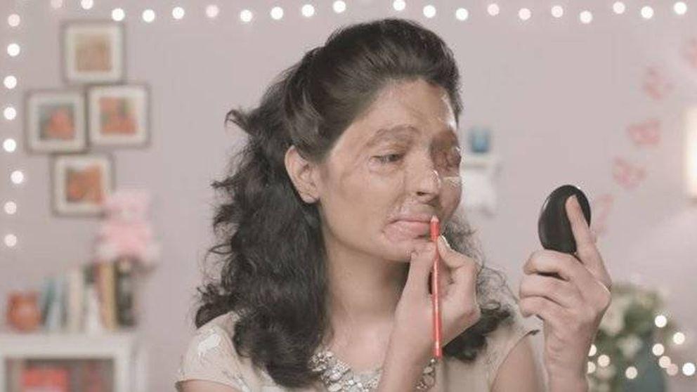 Una mujer india, víctima de un ataque con ácido, se convierte en gurú del maquillaje
