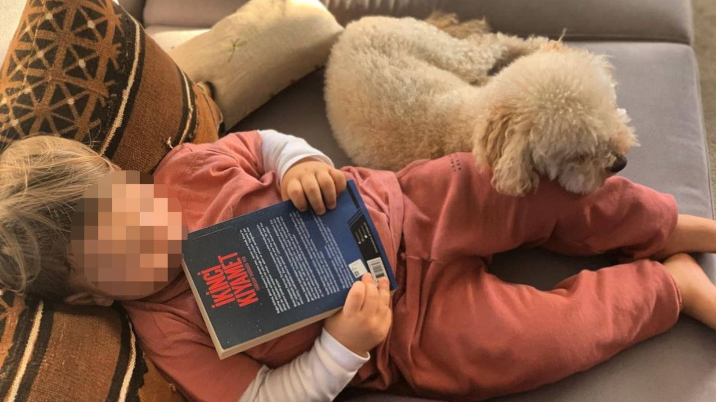 Bugra comparte una imagen de su hijo Cem con su nueva novela. (Instagram @bugragulsoy)