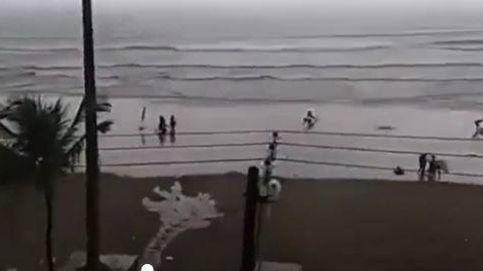 Un rayo golpea a una turista en una playa de Brasil