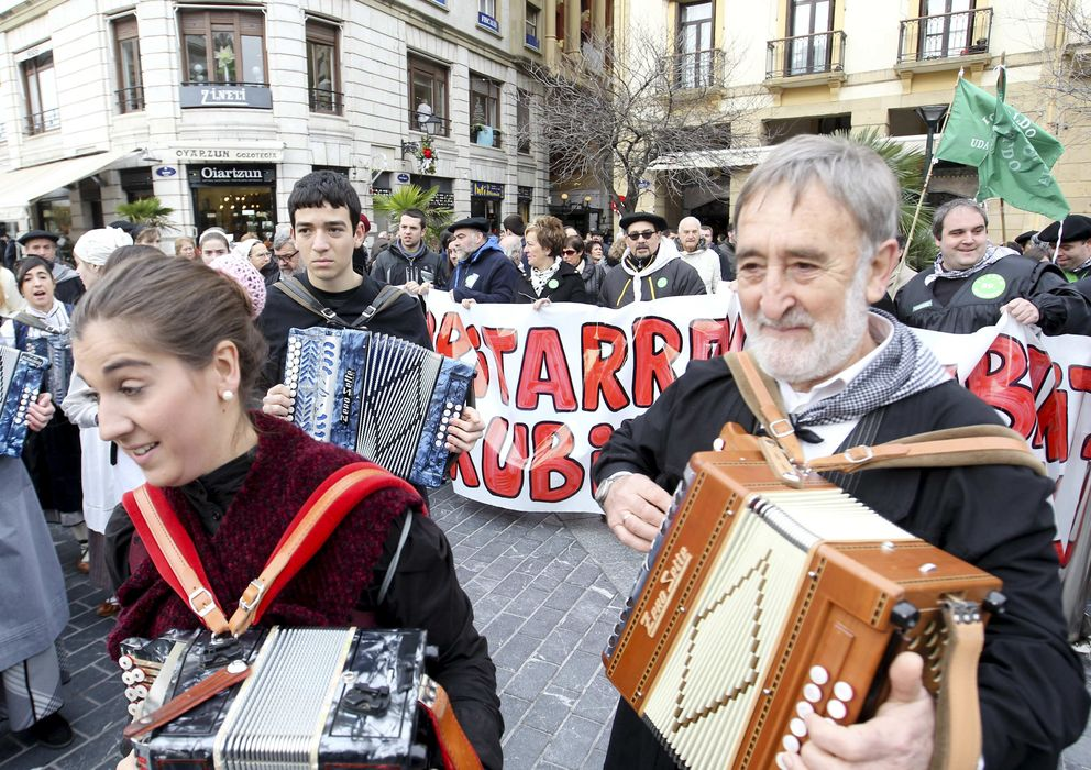 Foto: Celebración de la 'desanexión' de Igeldo, ayer sábado, en San Sebastián (Efe).