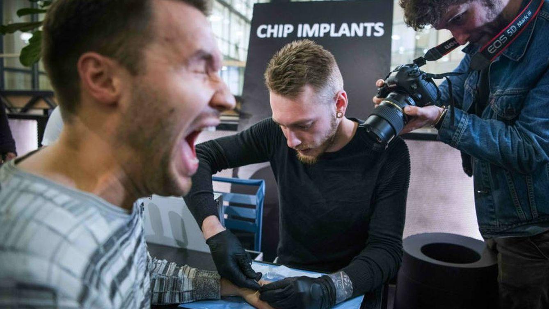 El paraíso de los implantes: por qué miles de personas en Suecia llevan chips bajo la piel