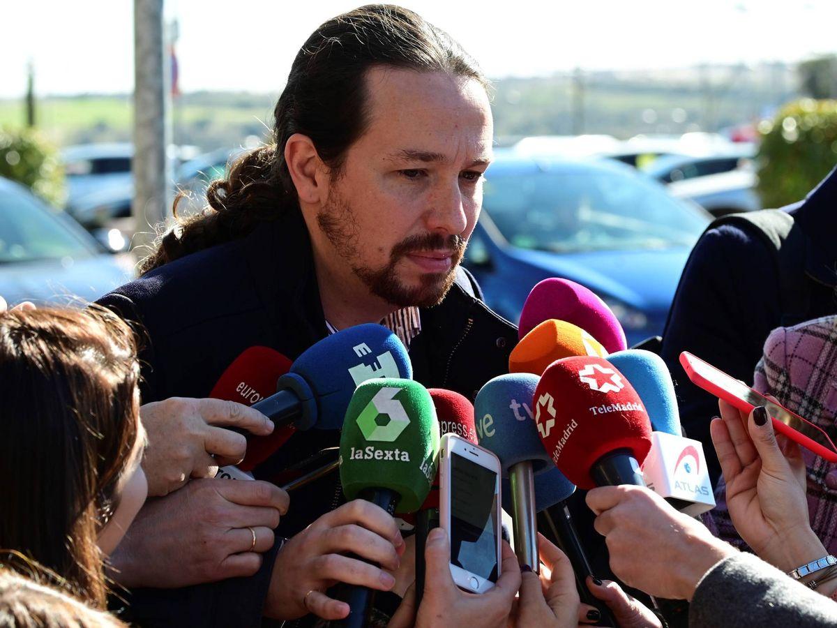 Foto: Pablo Iglesias, en la capilla ardiente de José Luis Cuerda. (EFE)