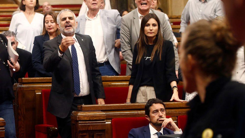Foto: El diputado de Ciudadanos Carlos Carrizosa durante la tensa bronca entre diputados independentistas en el Parlament. (EFE)