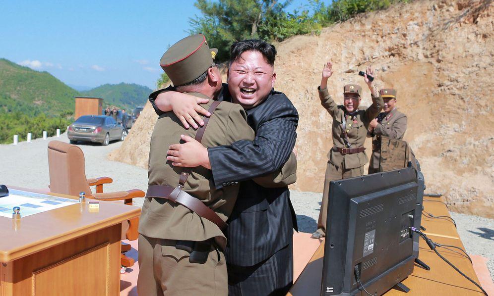 Foto: El líder norcoreano, Kim Jong-un, reacciona tras un ensayo balístico, en una imagen difundida por la Agencia KCNA. (Reuters)
