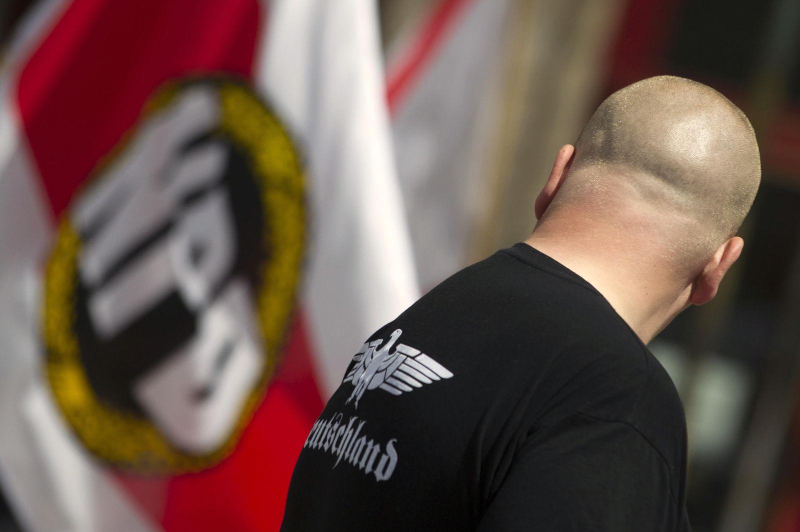 Foto: Un simpatizante del partido de extrema derecha alemán NPD durante un acto de la formación en Berlín, el 17 de junio de 2012 (Reuters).