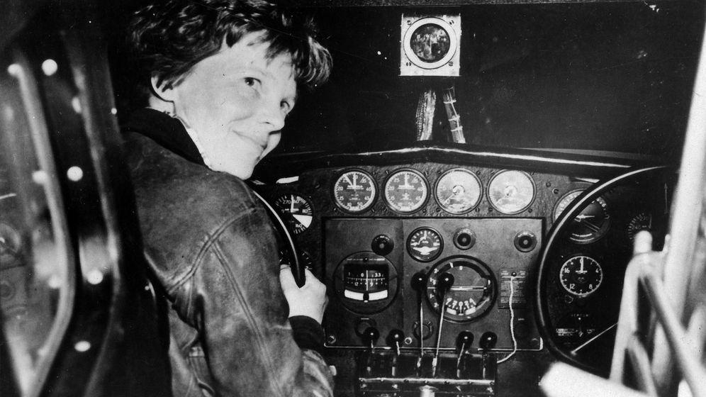 Foto: Fotografía de archivo fechada el 2 de julio de 1937 que muestra a la aviadora estadounidense Amelia Earhart antes de su último despegue. (EFE)