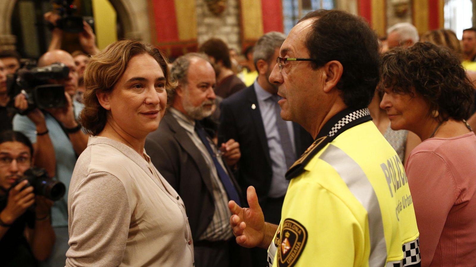Foto: La alcaldesa de Barcelona, Ada Colau (i), saluda al jefe de la Guardia Urbana, el intendente Evelio Vázquez (d), durante el acto de bienvenida a los nuevos agentes de la 87 promoción de la Guardia Urbana de Barcelona. (EFE)