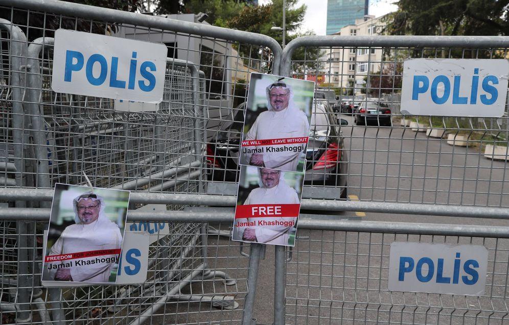 Foto: Retratos del periodista saudí desaparecido Jamal Khashoggi pegadas en una barrera policial ante el consulado saudí en Estambul. (EFE)