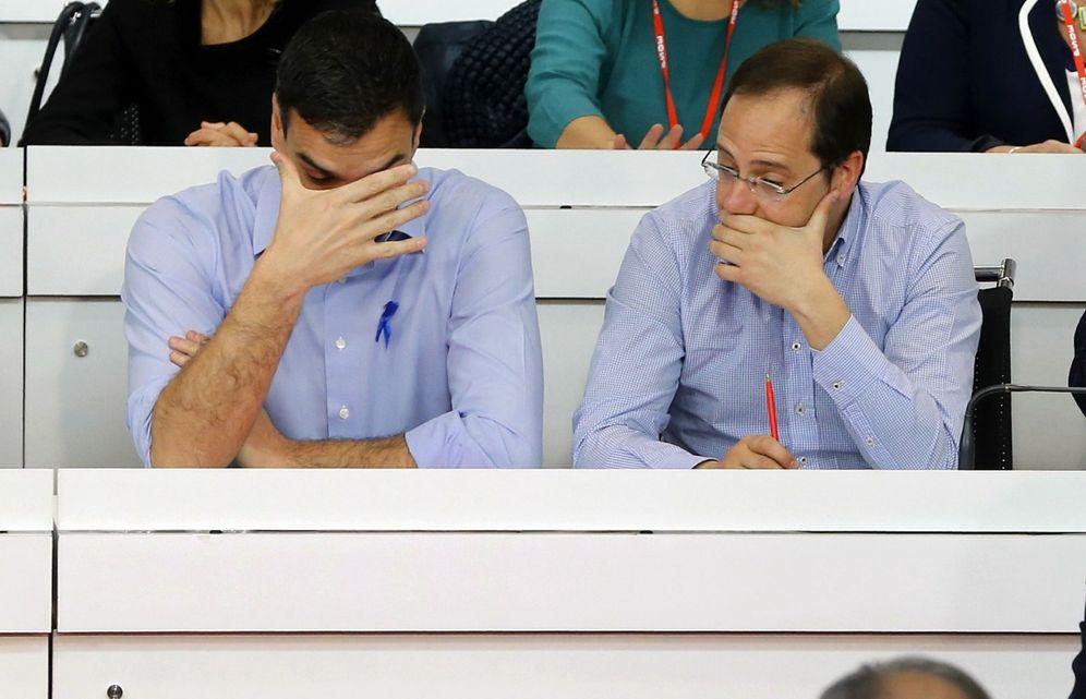 Foto: Pedro Sánchez y su número dos, César Luena, durante el comité federal del PSOE del pasado 2 de abril. (EFE)