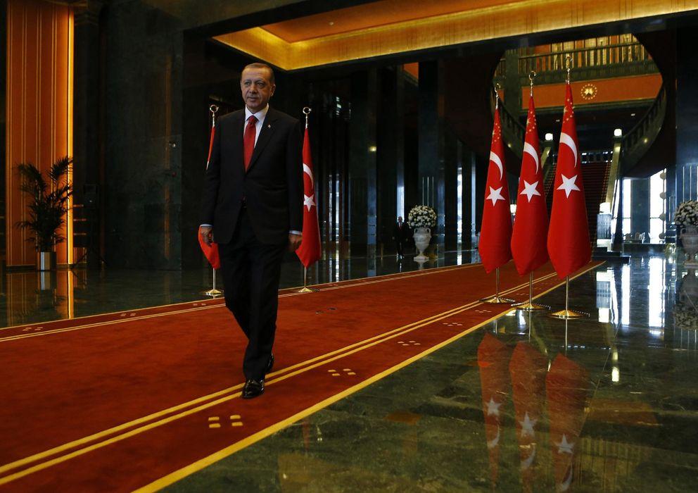 Foto: Erdogan abandona una ceremonia de aniversario de la República celebrada en el nuevo palacio presidencial, en Ankara. (Reuters)
