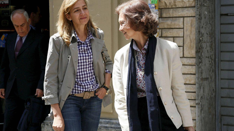 Foto: La reina Sofía sonríe a la infanta Cristina cerca del hospital Clínico de Barcelona. (EFE)