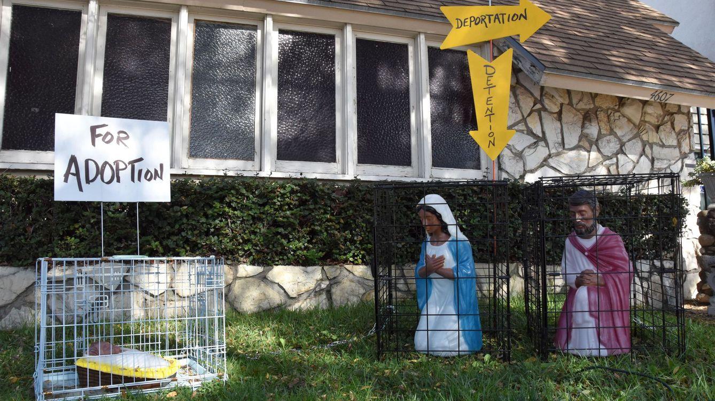 La Virgen María y el Niño Jesús, enjaulados y separados en un belén en EEUU