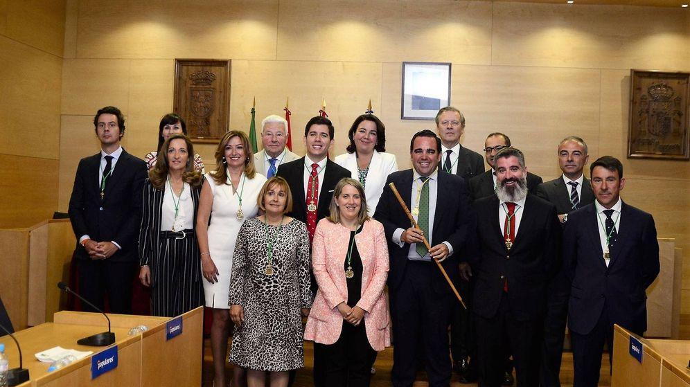 Foto: El nuevo Gobierno municipal de Boadilla. Con el bastón de mando el alcalde, Javier Úbeda. (EFE)