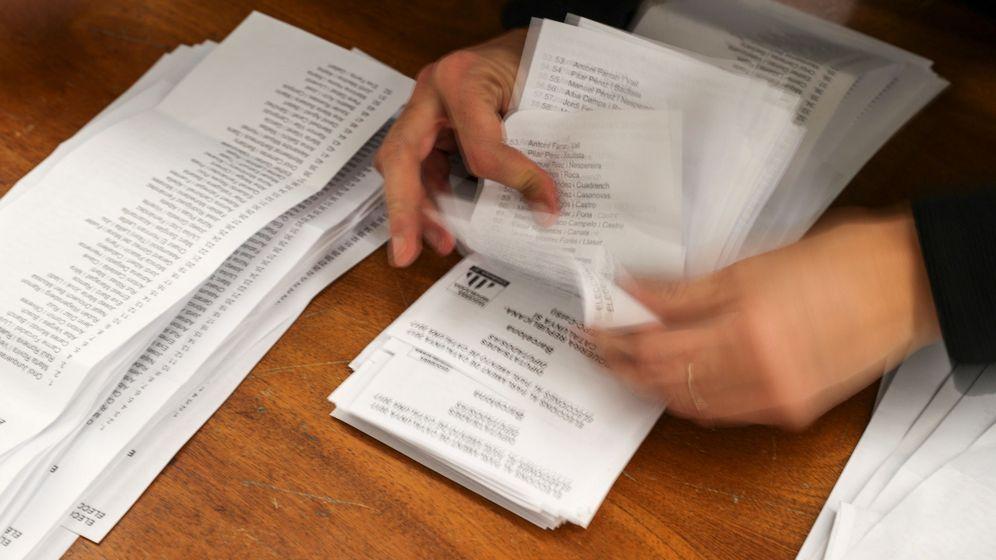 Foto: Un miembro de una mesa electoral cuenta los votos en las elecciones. (Reuters)