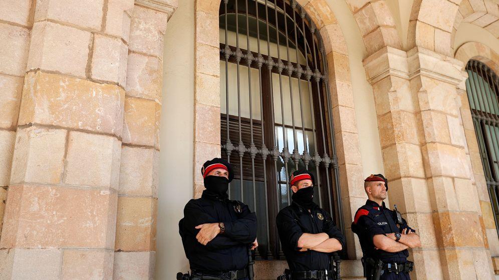 Foto: Miembros de los Mossos d'Esquadra, en la sede del Parlamento catalán. (EFE)