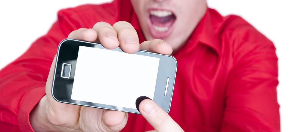 Foto: ¿Sabes realmente cómo debes mirar al móvil para que tus ojos no sufran? (iStock)