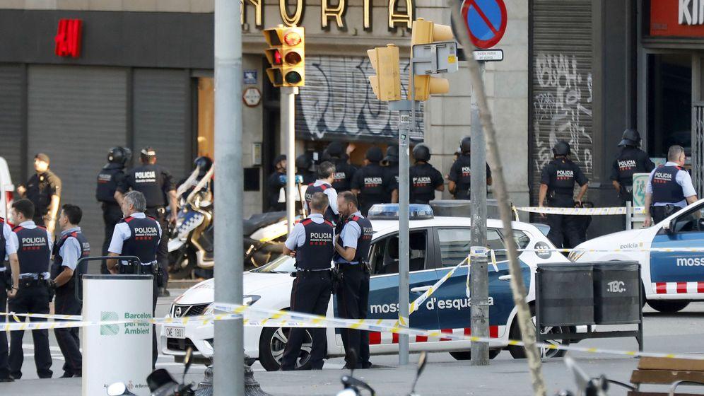 Foto: Despliegue policial en el lugar del atentado ocurrido las Ramblas de Barcelona. (Efe)