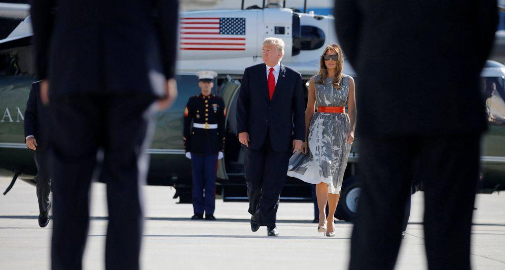 Foto: Donald Trump y la Primera Dama Melania Trump caminan hacia el Air Force One para regresar a Washington tras la cumbre del G20 en Hamburgo. (Reuters)
