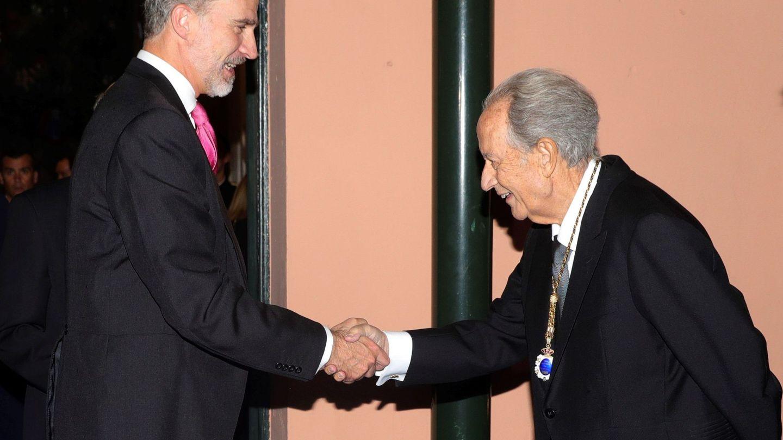 El rey Felipe VI saluda al empresario Juan Miguel Villar Mir. (EFE)