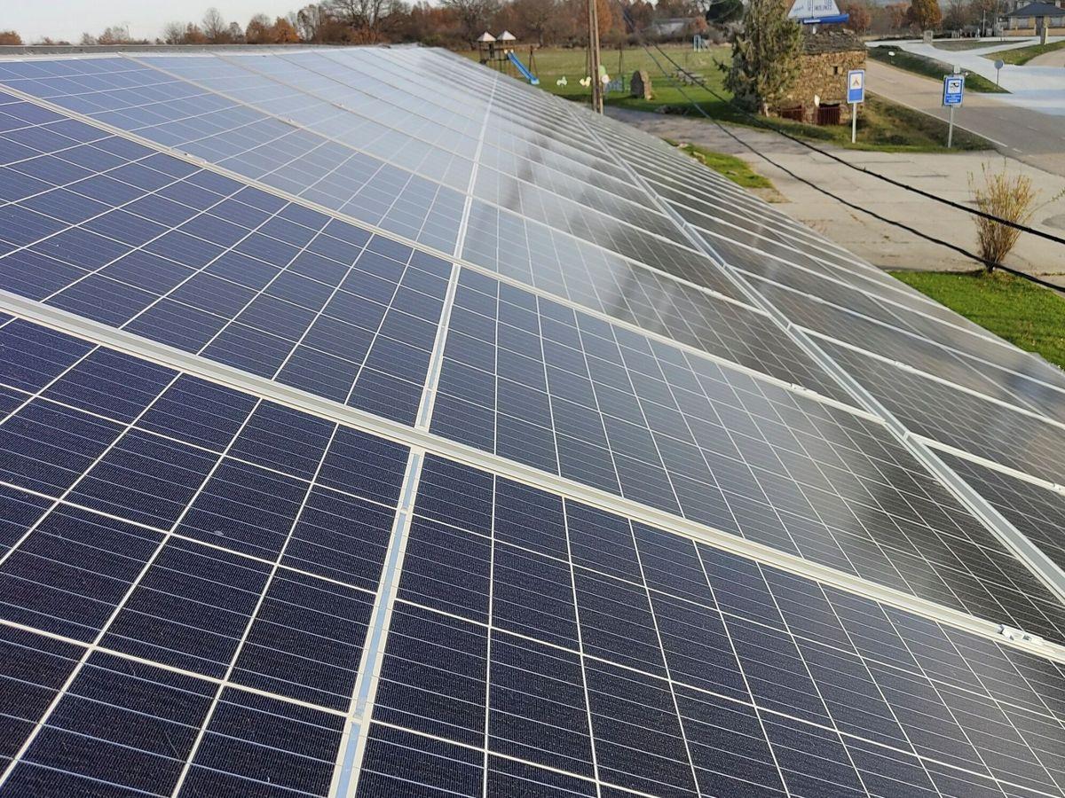 Foto: La disminución de la factura eléctrica pasa por la a puesta por l as renovables. Foto: EFE